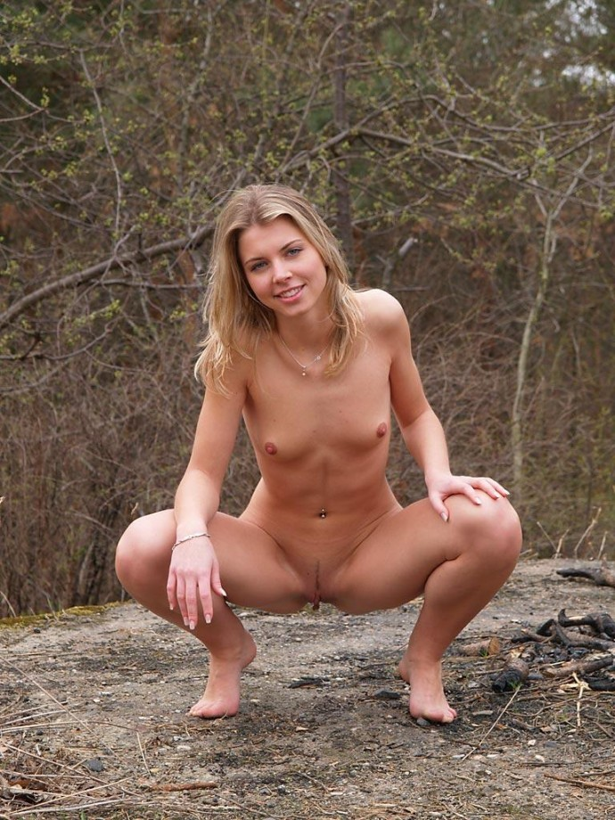 Приседает на корточки секси