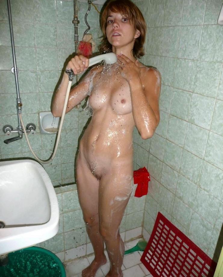 голые бабы моются фото