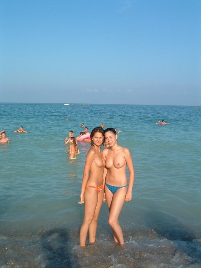 Юные нудистки на море 11 фотография