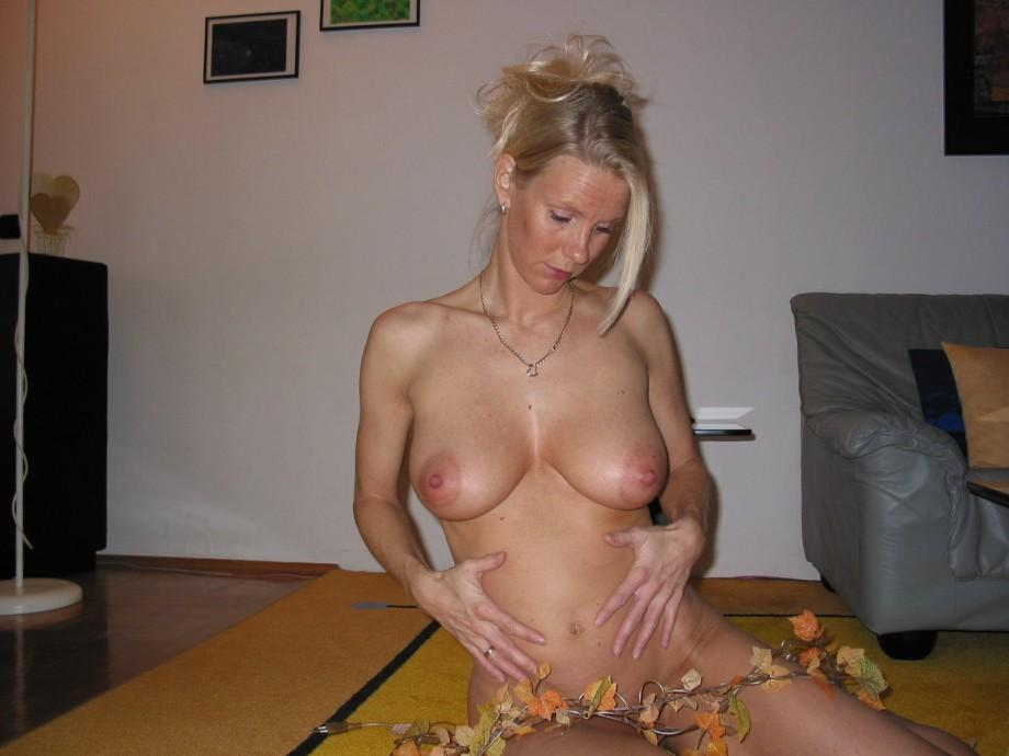 gallery gorgeous milf wife naked on holiday house picture 118011