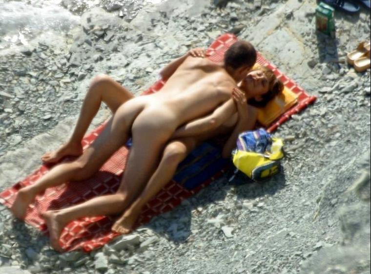 Секс нудистов на пляже в крыму
