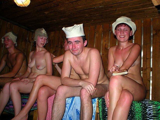 golie-babi-v-bane-paryatsya