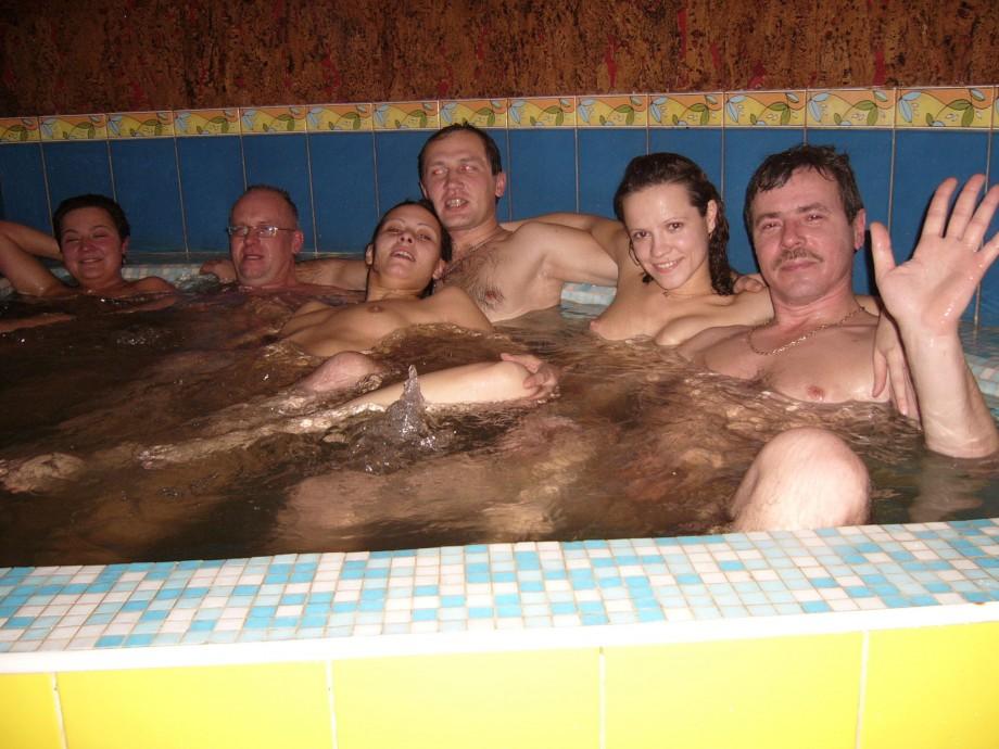 оргия в джакузи бассейне много девушек и парней смотреть онлайн равно нормальные мужики