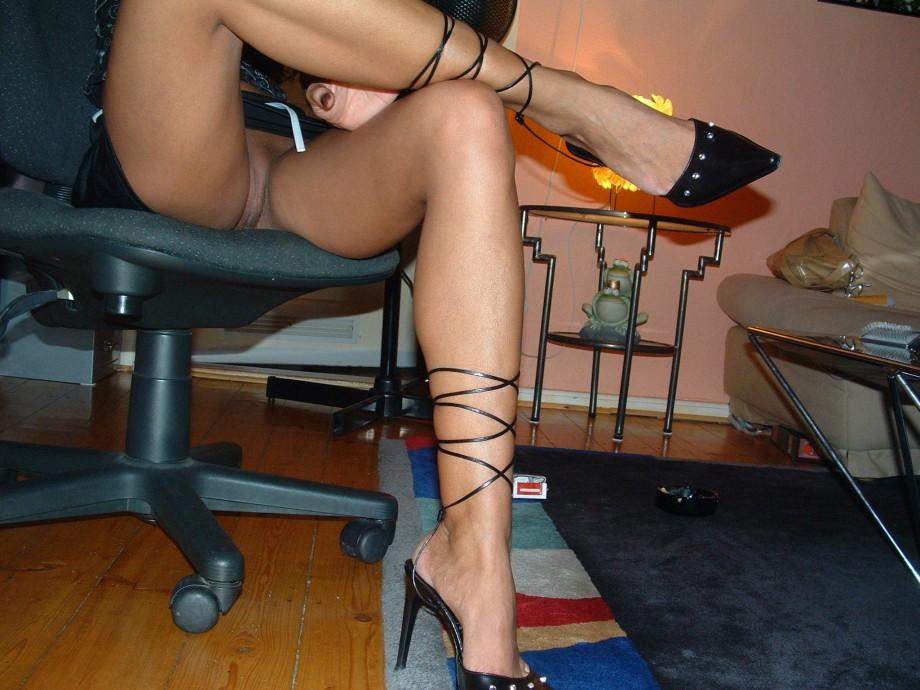 Ножки под партой порно фото