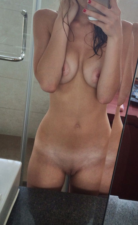 Naked girls makes selfshots